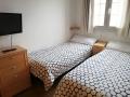 Dormitorio con dos camas de 90 y TV